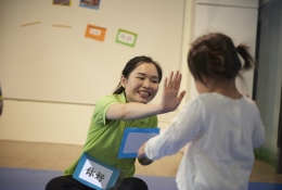 GREETING: We greet everyone with a musical jingle. A great way for toddlers to remember names and vocabulary, to build confidence in using Mandarin and a positive and cheerful way to start each PlayGrove session!